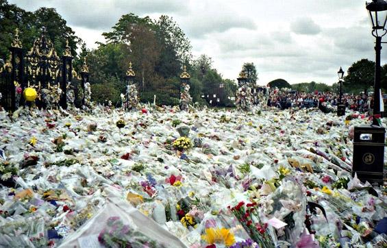 Цвеќиња од обожавателите на Дијана по нејзината смрт